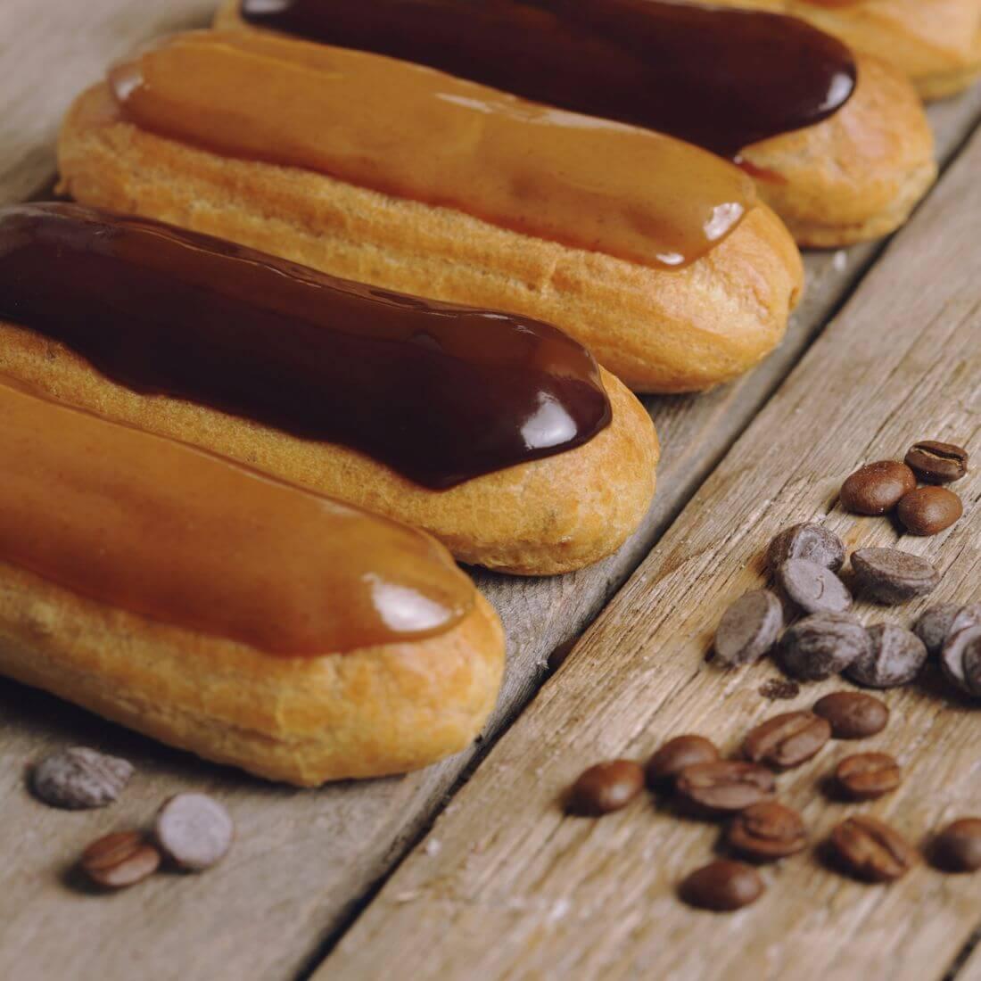 12 кофейных и шоколадных эклеров